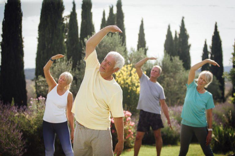 adultos se reúnen para hacer ejercicio