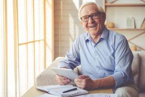 abuelo feliz usando Internet en su tablet