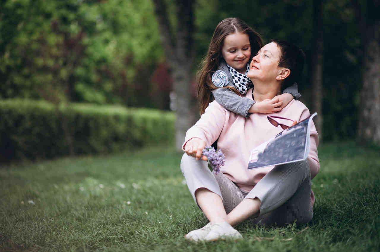 abuela compartiendo un buen rato con su nieta fomentando hábitos saludables