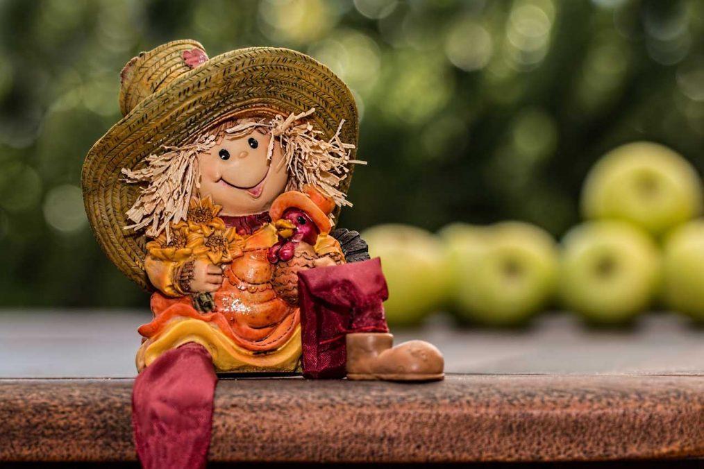 estatuilla de un granjero feliz