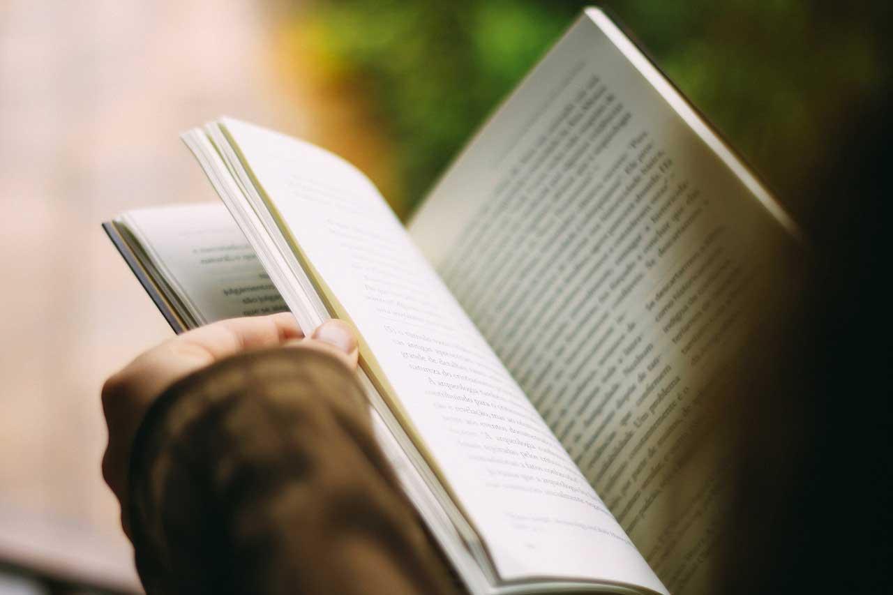 manos sosteniendo un libro abierto