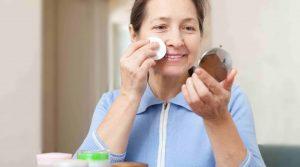 mujer adulta arreglándose frente a un espejo pequeño