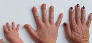 manos de bebe, mujer adulta y anciana