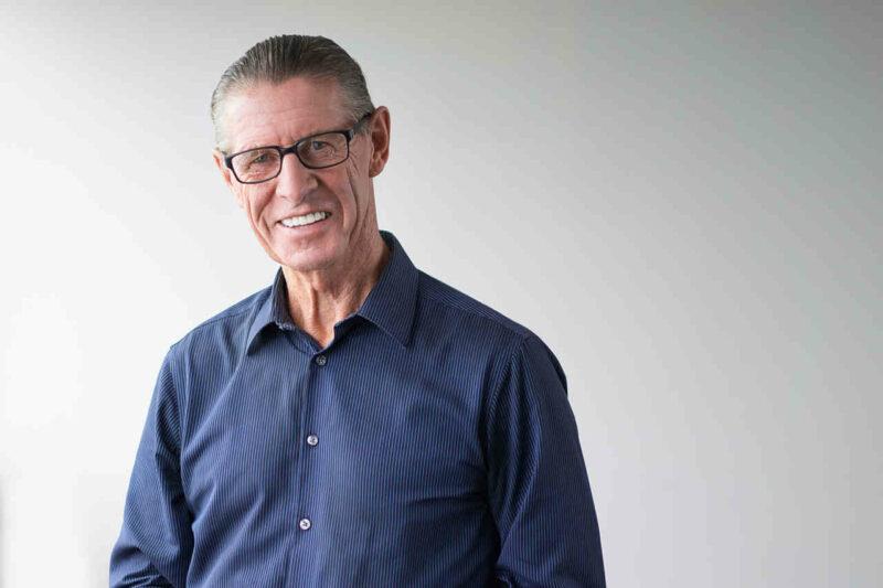 hombre adulto mayor sonriendo