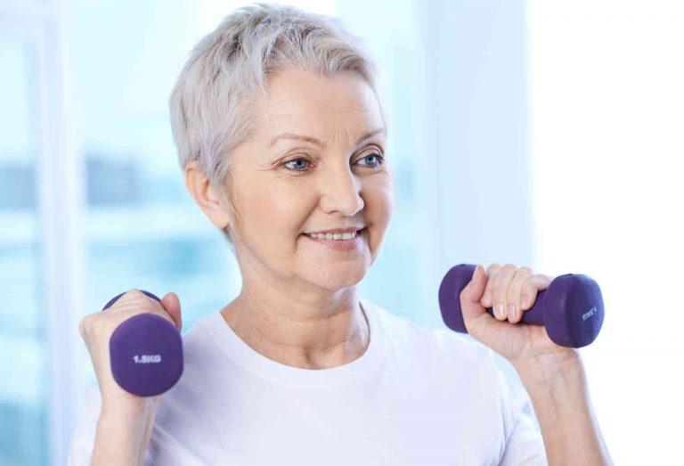 mujer adulta con pesas