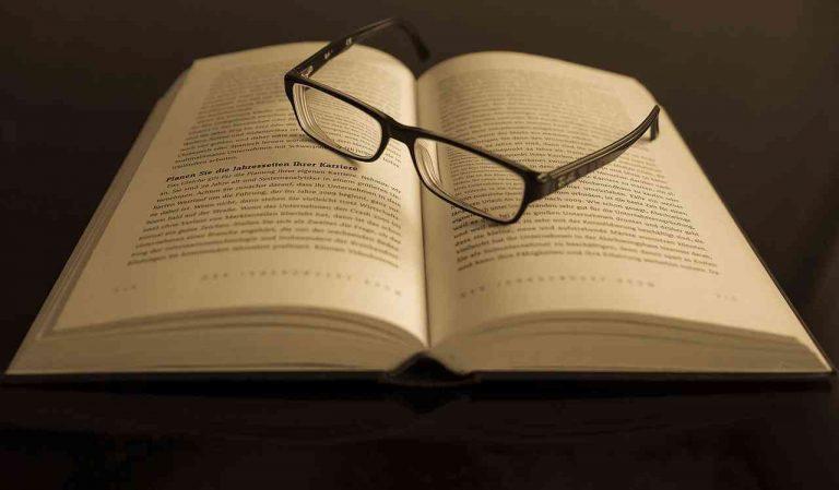 anteojos sobre libro abierto
