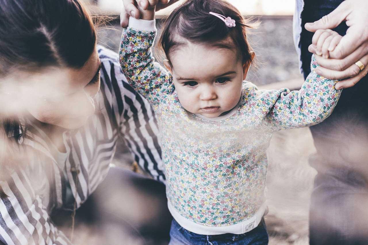 niña pequeña con los padres