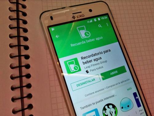 """El celular EXO Spanky Fácil con la aplicación """"recuerda beber agua"""" instalada."""