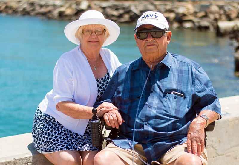 Adultos disfrutando del sol haciendo turismo