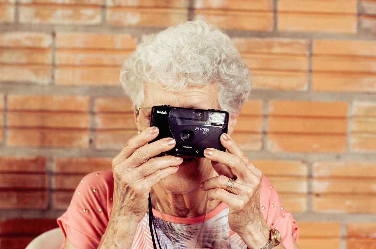 abuela usando cámara de fotos invitando a vencer el temor sobre tecnología