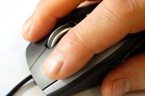 adulto usando mouse
