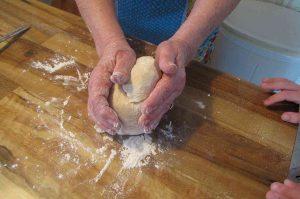 abuela enseñando a su nieto a cocinar