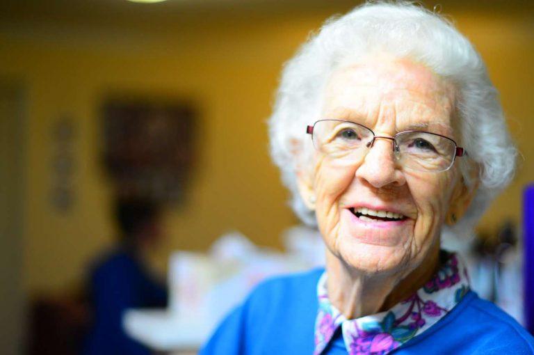mujer mayor contenta