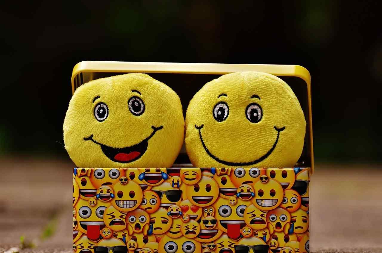 peluches de emoticonos felices
