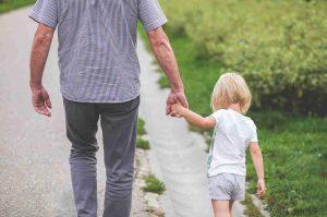 Abuelos que ayudan a sus hijos con los nietos