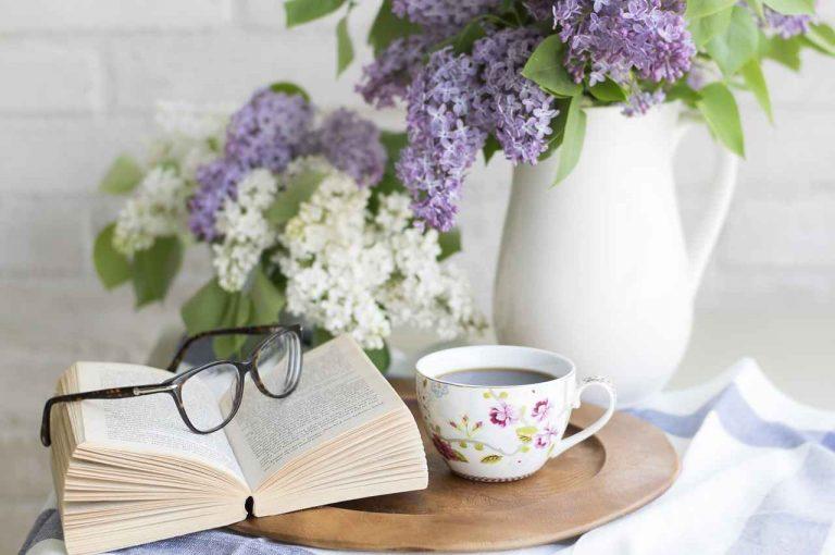 taza de te para leer un poema en el día mundial de la poesía