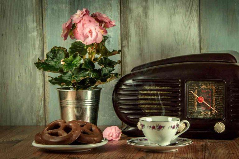 escuchar radio acompañado de la merienda es algo muy placentero