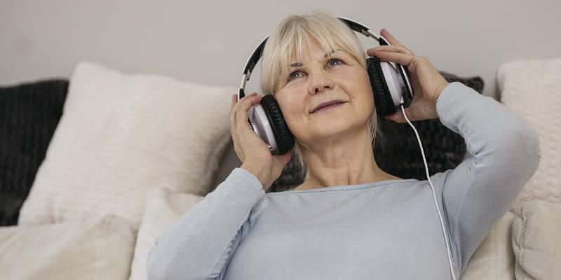señora escuchando su música preferida