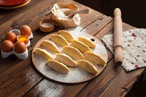 cocinando en casa empanadas para ahorrar en la cocina