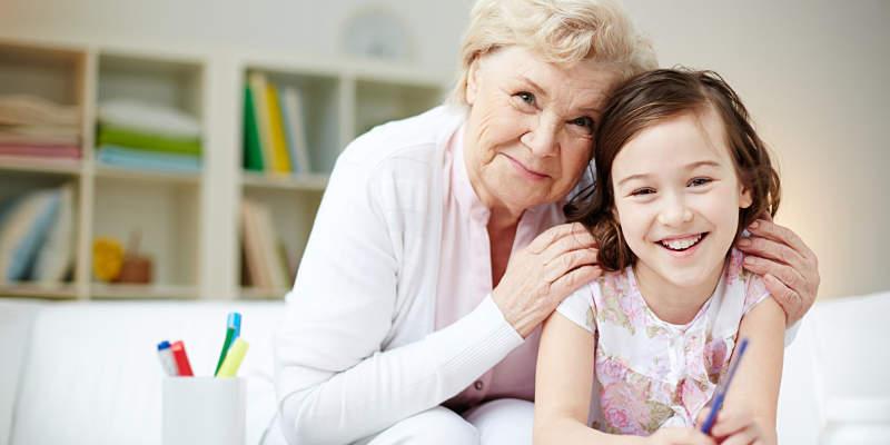 abuela con su nieta disfrutando sonrisas y buen humor