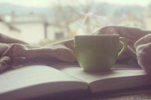 Libro bajo una tasa, lectura de Viktor Frankl El hombre en busca del sentido