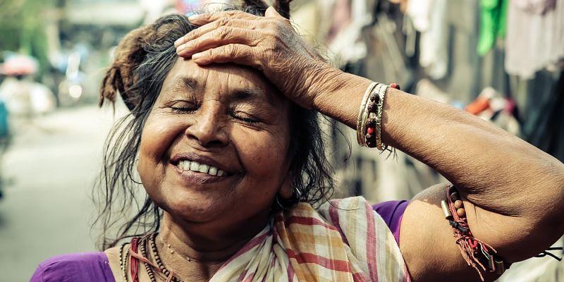 Señora mostrando sonrisa de felicidad