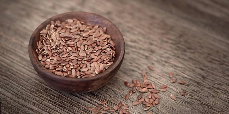 vasija pequeña con semillas de lino