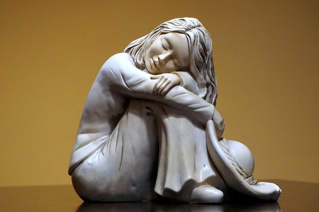 estatua de mujer sintiendo melancolía