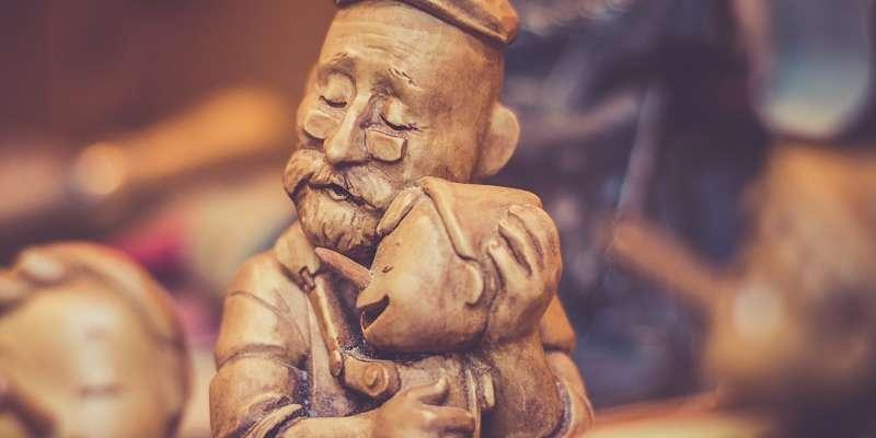imagen estatua de un abuelo que encontró la motivación en su nieto y le muestra cariño