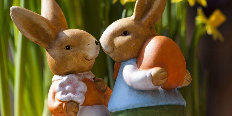 Imagen de parejas de conejitos celebrando la pascua