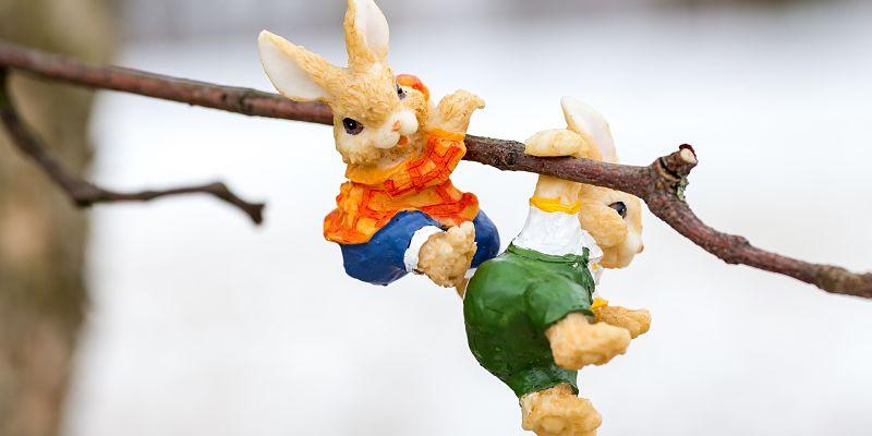 Conejos felices en una rama fecha de pascua