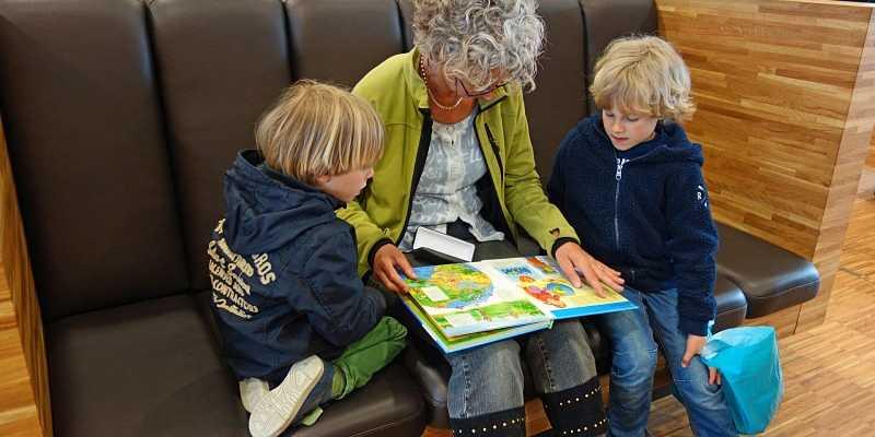 abuela lee libro a sus nietos