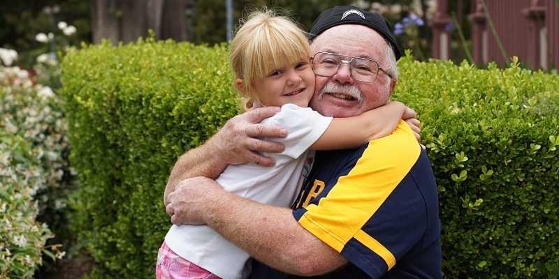 nieta abraza a su abuelo piola
