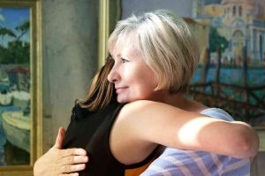 abuela abraza a su nieta