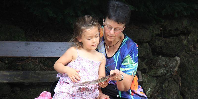 abuela leyendo con su nieta en el día del nieto