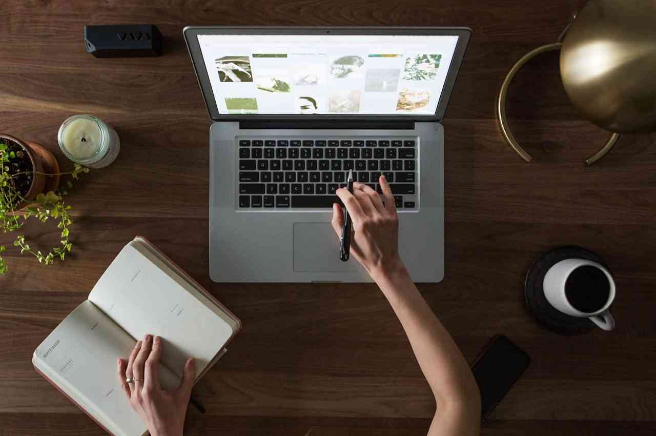 persona en computadora anotando definiciones del glosario informático