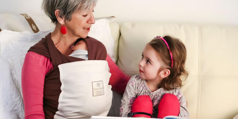 Abuela creando un vinculo con sus nietos