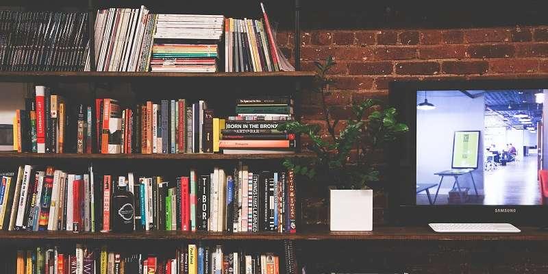 biblioteca con pantalla de televisor donde se pueden ver películas online