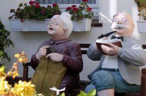 imagen de viejitos muñecos compartiendo la vida en una vivienda