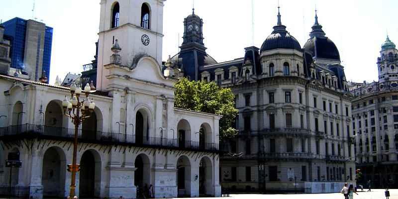 imagen tomada el cabildo desde plaza de mayo