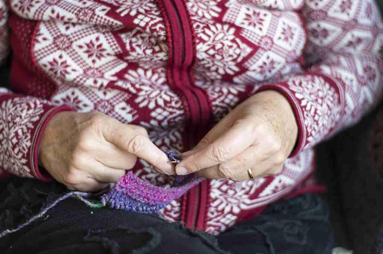 abuela tejiendo a dos agujas