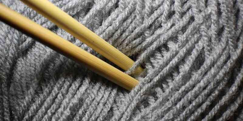 lana y dos agujas para tejer