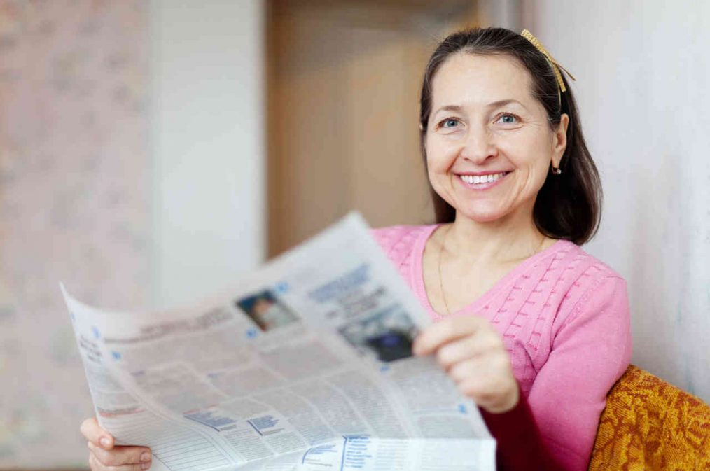Mujer con rostro radiante en la edad de la menopausia
