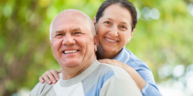 pareja que supera los inconvenientes en la edad de la menopausia