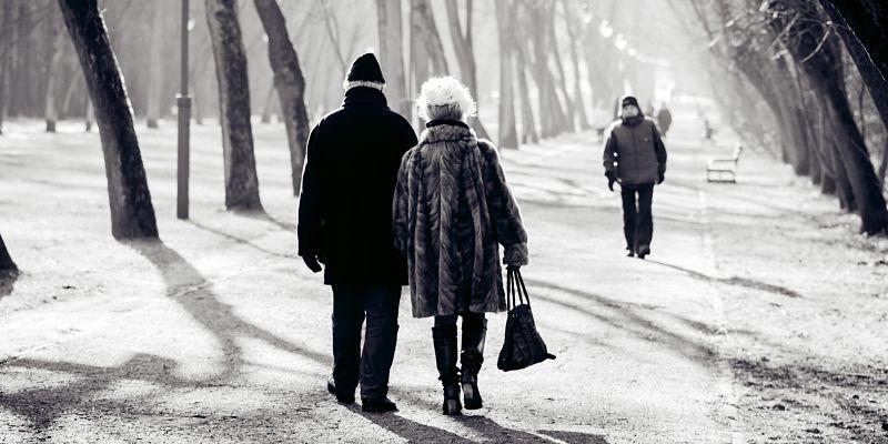 pareja de adultos que caminan juntos