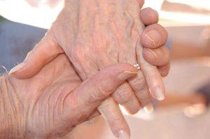 manos de pareja de adultos comprometidos