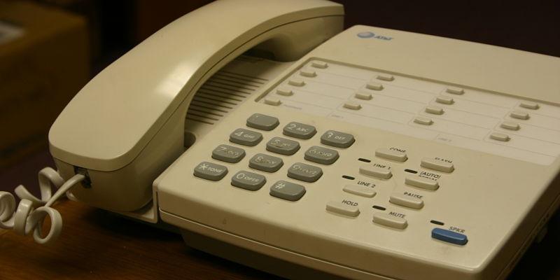 teléfono en casa de adulto mayor propenso a recibir una estafa telefónica