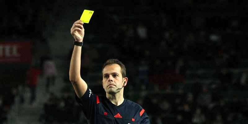 arbitro de fútbol mostrando sus tarjetas rojas y amarillas
