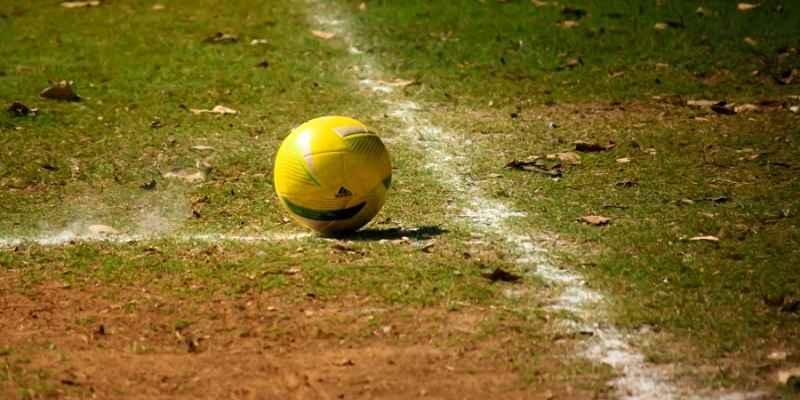 pelota en campo de fútbol donde se muestran las tarjetas rojas y amarillas