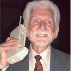 Dr. Martin Cooper - Inventor del teléfono celular, con el prototipo DynaTAC de 1973.(foto año 2007)